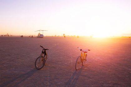Российский архитектор на фестивале Burning Man: инсталляция из термоодеял NASA