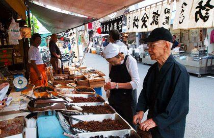 В Токио закрыли знаменитый рыбный рынок Цукидзи