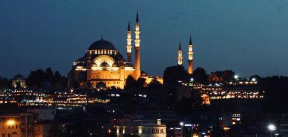 Гуляем всю ночь: Турция снимает часть внутренних ограничений